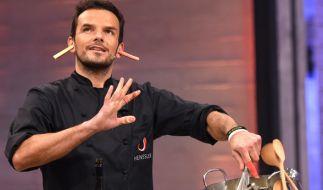 """Steffen Henssler bei der Aufzeichnung der VOX Kochshow """"Grill den Henssler"""" auf der Bühne. Die Sendung endet mit den Sommer-Specials 2017. (Foto)"""