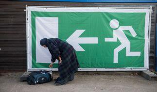 Eine Asylbewerberin will Deutschland verlassen, doch die Behörden müssen auf neue Papiere warten. (Symbolbild). (Foto)