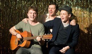 Andrej (Christian Friedel, M.) und Wladimir (Matthias Schweighöfer, r.) unterstützen ihren Freund Mischa (Friedrich Mücke, l.) mit den Plänen einer Musikkarriere. (Foto)