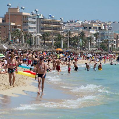 Der mit Urlauber gut besuchte Strand in Arenal auf der Balearen-Insel Mallorca.