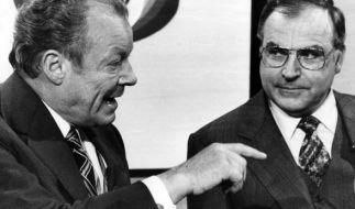 Helmut Kohl (rechts) und Willy Brandt nach der Bundestagswahl am 3. Oktober 1976. (Foto)