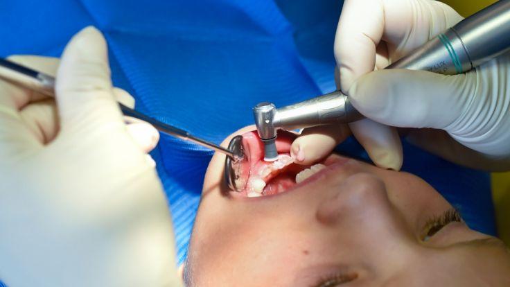 Der Zahnarztbesuch endete für die Dreijährige tödlich. (Foto)