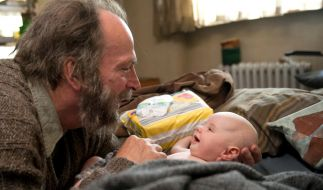 Hans kümmert sich rührend um die kleine Felizia. (Foto)