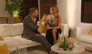 Bei einem Drink lernen sich Alex und Jessica besser kennen. (Foto)