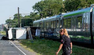 Bei der Kollision eines Lastwagens mit einer Stadtbahn sind in Hannover sieben Menschen verletzt worden. (Foto)