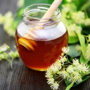 Lindenblüten gehören zu den wichtigsten heimischen Heilpflanzen. Sie enthalten Flavonoide, davon Quercitrin als natürliches Histamin, Rutin, Astragalin. Schleimstoffe und die schweißtreibende Wirkung helfen bei Reizhusten, Grippe und Fieber.