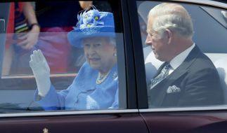 Die Queen fährt ohne angelegten Sicherheitsgurt im Auto. (Foto)