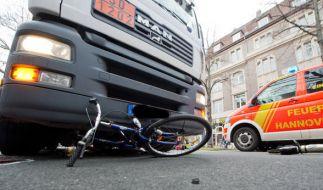 In Potsdam hat ein LKW ein Fahrrad samt Anhänger mehrere Meter mit sich geschliffen. (Symbolbild) (Foto)