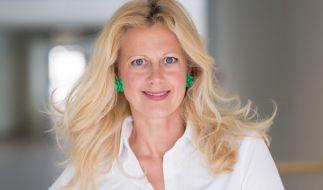 Barbara Schöneberger präsentiert sich im Netz in sündigem Rot. (Foto)