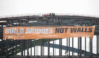 Aktivisten von SeaWatch, Jugend rettet und Recht auf Stadt - Nevermind the papers hängen in Hamburg an den Elbbrücken, um anlässlich des G20-Gipfels für eine Wende in der Migrationspolitik zu protestieren. (Foto)