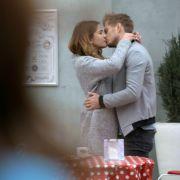 Laura und Philip werden während ihres Kusses von Katrin beobachtet.