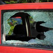 Darf man eine Autoscheibe einschlagen, wenn Kinder bei Hitze im Auto gefangen sind? (Foto)