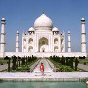 Ein Foto, das um die Welt ging: Prinzessin Diana posierte bei ihrer Reise nach Indien 1992 vor dem Taj Mahal. Für den Besuch in der ehemaligen britischen Kolonie wählte die Prinzessin einen roten Blazer nebst lila Rock.