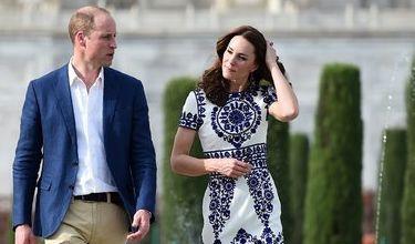 Auch Herzogin Kate und Prinz William besuchten das Monument Jahre später, doch Kate Middleton wählte für den Besuch ein gemustertes Sommerkleid und verzichtete auf allzu viel Farbe.