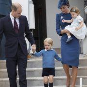... denn auch bei einem offiziellen Besuch mit ihrer Familie setzte die Herzogin von Cambridge auf blau und punktete damit bei Modekritikern.