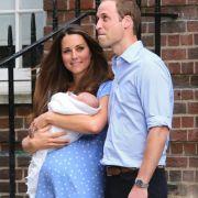 Auch bei Herzogin Kate und William ist die Erbfolge gesichert: Prinz George kam 2013 zur Welt. Seine frischgebackene Mama wählte ein zartblaues Kleid, um ihren Erstgeborenen der Presse zu präsentieren.