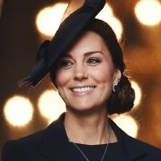 ... sich auch ihre Schwiegertochter Herzogin Kate den dunklen Look abgeguckt hat und ebenso wie Lady Di einen echten Hingucker-Auftritt in schwarz hinlegt.