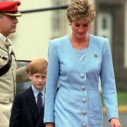 Mit Prinz Harry im Schlepptau entschied sich Prinzessin Diana einst für ein hellblaues Outfit. Offenbar ein modisches Vorbild für ihre Schwiegertochter Kate Middleton...