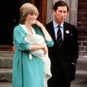 Als Prinz William im Sommer 1982 geboren wurde, zeigte eine sichtlich stolze Prinzessin Diana den kleinen Prinzen in einem türkis-getupften Kleid der Öffentlichkeit.