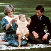 Fototermine mit dem Nachwuchs waren Prinz Charles und Prinzessin Diana nicht fremd. Hier spielt das Prinzenpaar mit Prinz William als Hosenmatz im königlichen Garten - und Diana setzt dabei modisch auf einen Farbtupfer in grün.