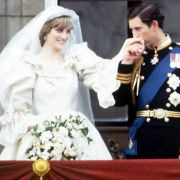 Was folgt auf eine Verlobung? Richtig, die Hochzeit! Prinzessin Diana machte es 1981 vor und schritt mit Prinz Charles in einem Meer von Tüll und Spitze vor den Traualtar.