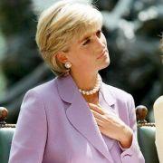 Mit verträumtem Blick lauschte Prinzessin Diana im Sommer 1997 nur wenige Wochen vor ihrem plötzlichen Tod einer Rede gegen Landminen. Auch diese Farbwahl scheint Herzogin Kate inspiriert zu haben...