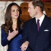 Beim offiziellen Fototermin zu ihrer Verlobung mit Prinz William könnte man Herzogin Kate glatt mit ihrer Schwiegermutter verwechseln - immerhin trägt sie nicht nur den gleichen Saphirring...