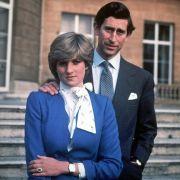 ... sondern auch eine blaue Robe wie einst Lady Diana bei ihrer Verlobung mit Prinz Charles.