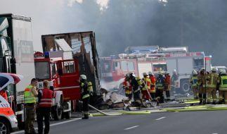 Ein Reisebus ist auf der A9 bei Münchberg in Flammen aufgegangen. Dutzende Menschen wurden verletzt. (Foto)