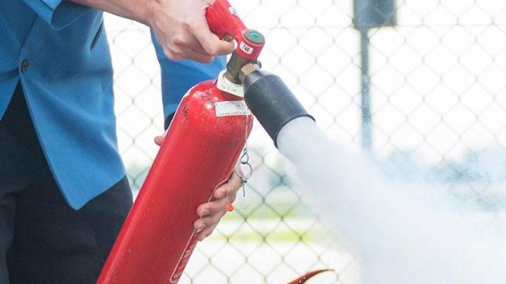 Dden Feuerlöscher sollte man mit einem Abstand von einem Meter auf das Feuer richten. (Foto)