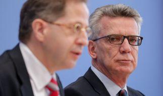 Verfassungsschutzpräsident Hans-Georg Maaßen (l.) und Bundesinnenminister Thomas de Maizière stellten am Dienstag den neuen Verfassungsschutzbericht vor. (Foto)