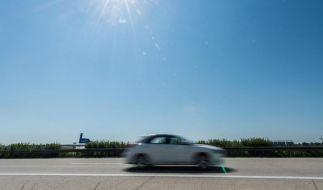 Bei strahlendem Sonnenschein sollten Autoinsassen nicht vergessen, sich vor UV-A-Strahlen zu schützen. Denn diese gelangen durch die Seitenscheiben. (Foto)