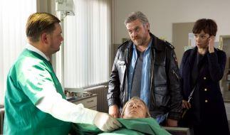 Gerichtsmediziner Dr. Vogt (Matthias Buss) zeigt Kommissar Frank Koops (Aljoscha Stadelmann) und der LKA-Beamtin Miriam Nohe (Julia Koschitz) die Leiche von Vanessa (Anna Drexler). (Foto)