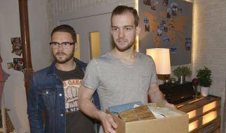 Tuner (ThomasDrechsel, l.) steht Chris (Eric Stehfest) bei. (Foto)