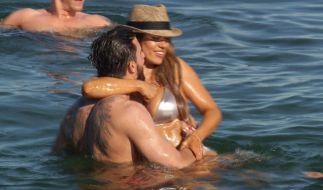 Jessica und Sebastian gehen im Meer auf Tuchfühlung. (Foto)