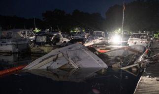 """Die zerstörte Motorjacht """"Gina"""" liegt in Minden (Nordrhein-Westfalen) halb versunken im Hafenbecken. (Foto)"""