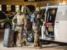Spezialkräfte der Polizei bereiten nach einem Bombenanschlag den Tatort in Ansbach (Bayern) auf ihren Einsatz vor. (Foto)