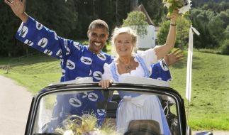 Ein echtes Traumpaar: Die Bayerin Elli (Jutta Speidel) und der Afrikaner Raymond (Christofer von Beau). (Foto)