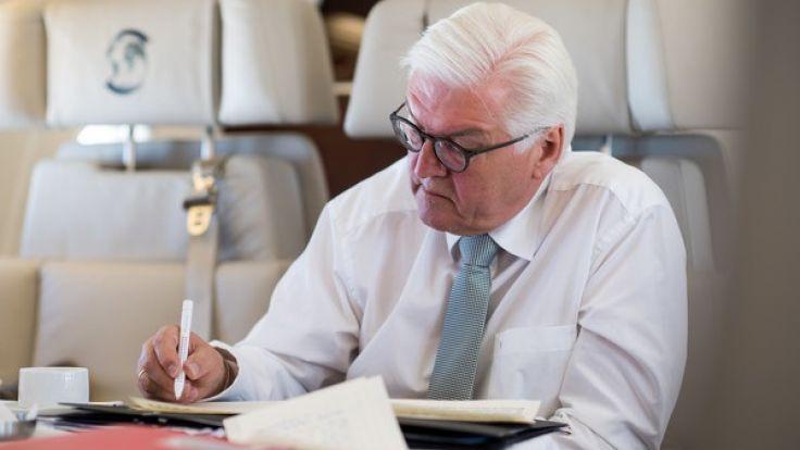 Frank-Walter Steinmeier an Bord eines Flugzeugs der Flugbereitschaft der Bundeswehr. (Foto)