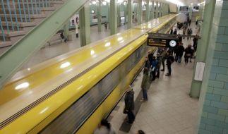 Am Berliner U-Bahnhof Alexanderplatz wurde ein Mann brutal eine Treppe heruntergeschubst. (Foto)