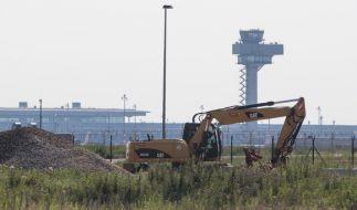 Ein Bagger steht in der Nähe der Flughafen-Nordbahn. (Foto)