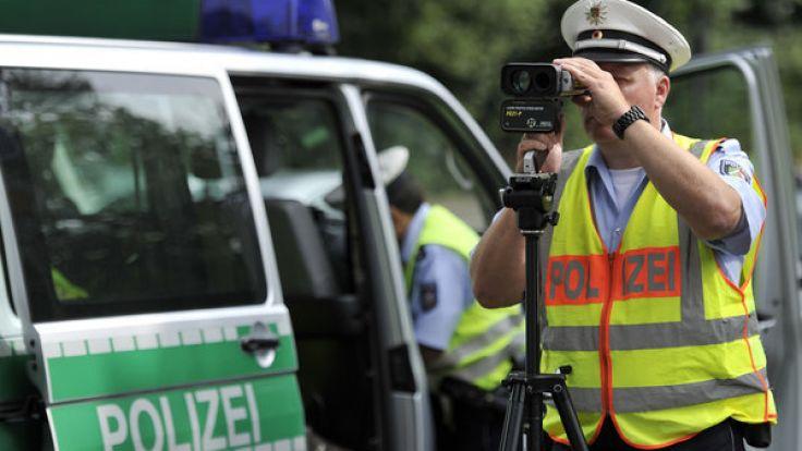 Ein Polizist führt eine Radarkontrolle durch. (Foto)
