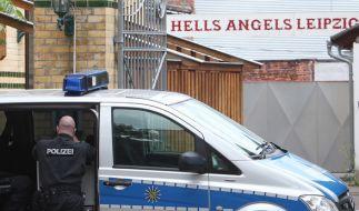 """Polizisten stehen vor dem Klubhaus des Motorradclubs """"Hells Angels"""". (Foto)"""