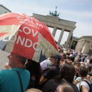 Die nächste Station ist das Brandenburger Tor. Hier warten schon zahlreiche Schaulustige.
