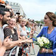 Herzogin Kate spricht mit Fans auf dem Pariser Platz.