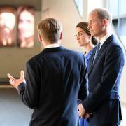 Uwe Neumärker, Direktor der Stiftung Denkmal für die ermordeten Juden Europas, führt den britischen Prinzen William und seine Frau, Herzogin Kate, durch die Stiftung des Holocaust-Mahnmals in Berlin.