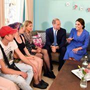 Im Kinder- und Jugendhaus Bolle unterhalten sich William und Kate mit sozial benachteiligten Jugendlichen. Seit Jahren unterstützen die Sozialarbeiter dort verwahrloste Kinder und junge Erwachsene.