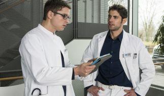 Niklas (Roy Peter Link, r.) zeigt Elias (Stefan Ruppe, l.) die Daten von Patient Hendrik Löwe. (Foto)