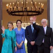 Bundespräsident Frank-Walter Steinmeier und seine Frau Elke Büdenbender empfangen den britischen Prinzen und seine Frau im Schloss Bellevue.