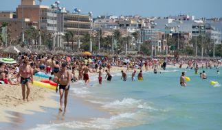 Dutzende Urlauber tummeln sich am Strand von Arenal auf der Mittelmeerinsel Mallorca. (Foto)